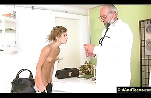 Older doctor force sexy comme ci yon have oral-sex